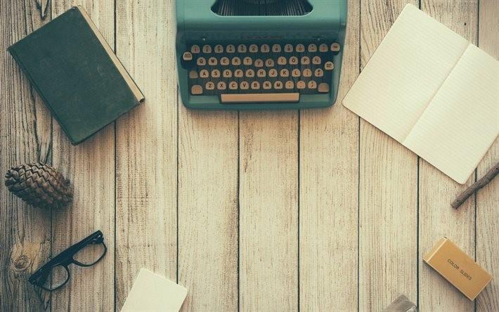 Escritorio organizado para la redacción de un artículo