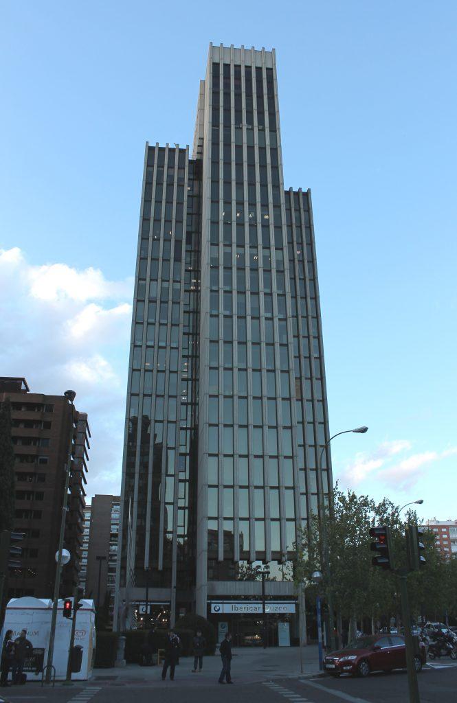Edifcio Cuzco IV tiene forma de ps4 con 23 plantas y es donde está situado la oficina de ComplianZen.