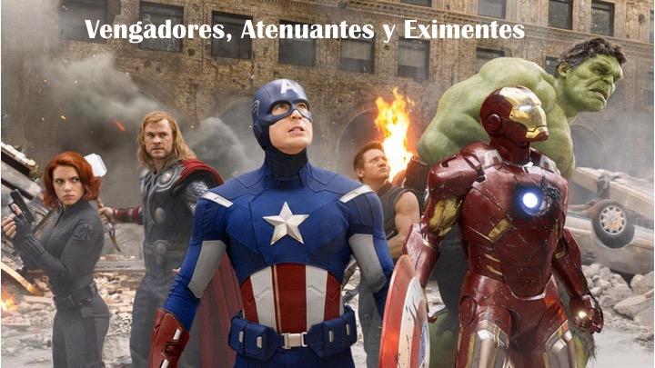 Varios superhéroes de los vengadores, thor, hulk, ironman, capitán américa, viuda negra y ojo de halcón espalda contra espalda mirando a una amenaza en el cielo y con una ciudad en llamas y destruida a sus espaldas
